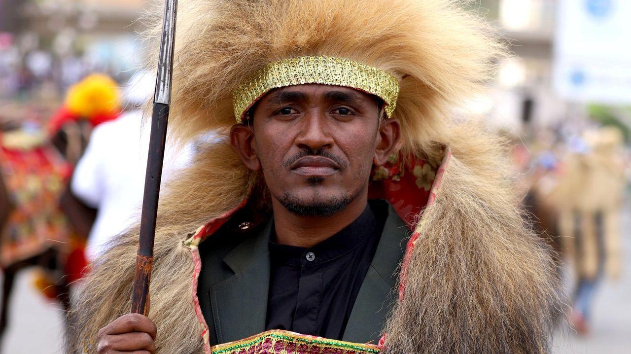 Colas que no cesan ante el Banco de Alimentos de Lugo.El cantante etíope Hundessa vestido con un traje tradicional de su etnia