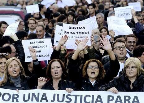 Funcionarios, abogados y procuradores, en una manifestación contra las tasas judiciales en Vigo.