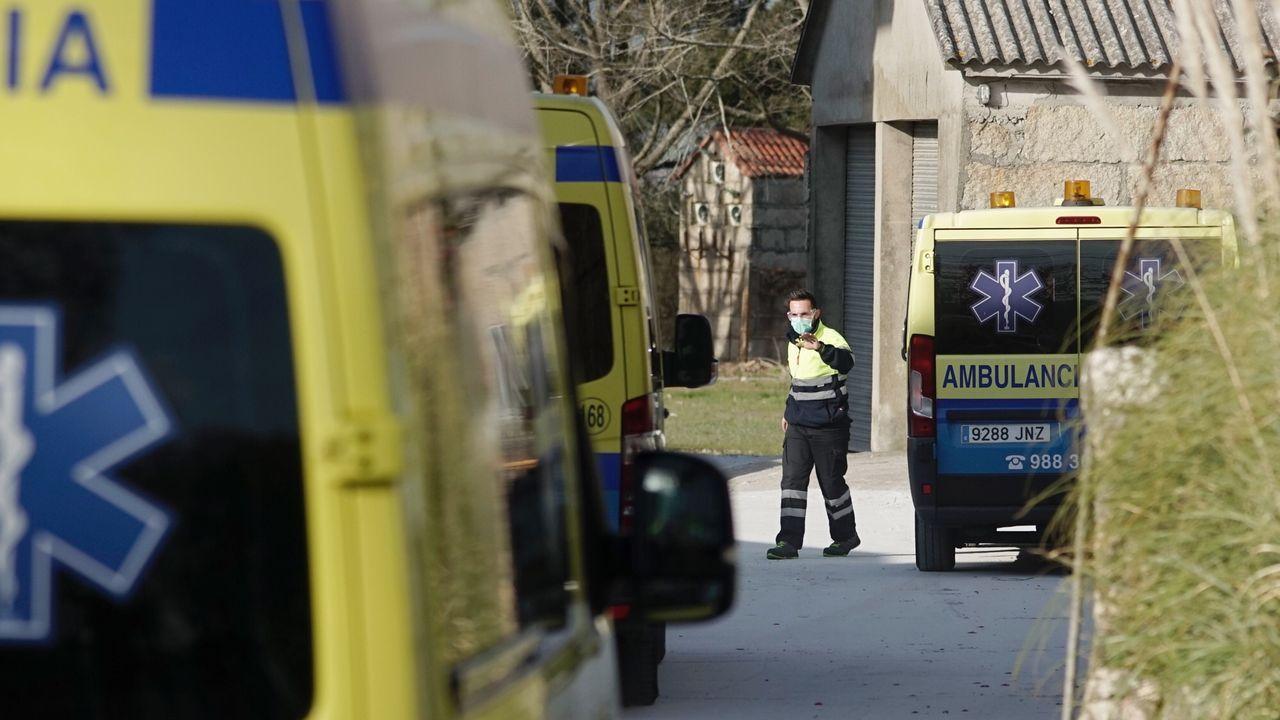Ambulancias que trasladaron a afectados con COVID-19 desde Celanova a Os Mlagros.