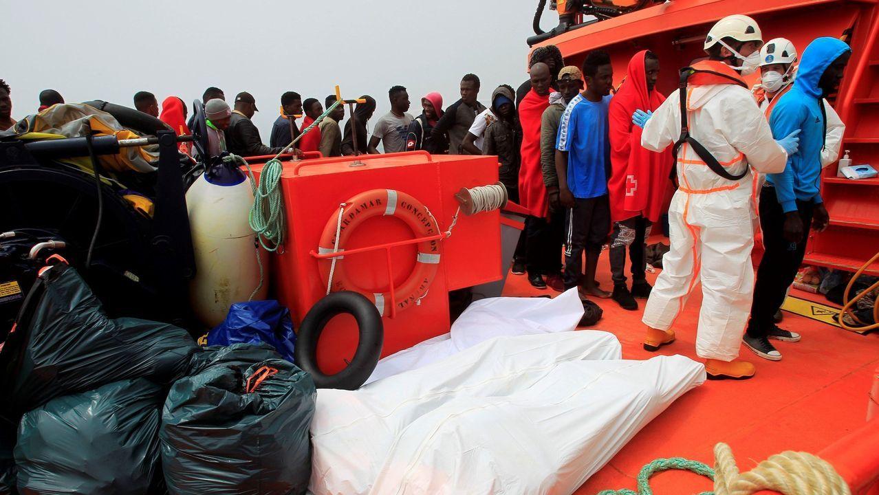 Los cuerpos de dos inmigrantes muertos recuperados en junio del pasado año de un naufragio de una patera en el Estrecho