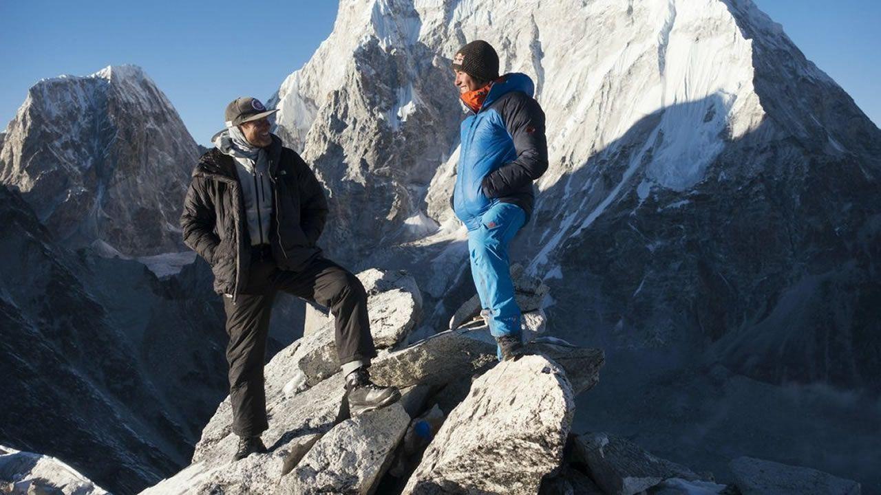 Conrad Anker (izquierda) y David Lama en su segundo intento de ascenso al Lunag Ri en 2016
