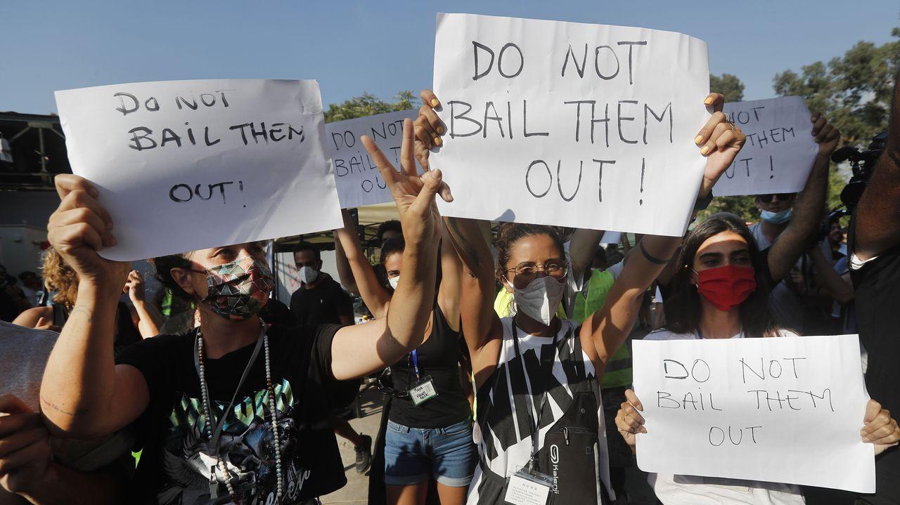 Beirut un día después de la explosión, en imágenes.Manifestantes levantan papeles con el lema «No los rescates, en referencia a los politicos, durante la visita de un enviado de EE.UU.