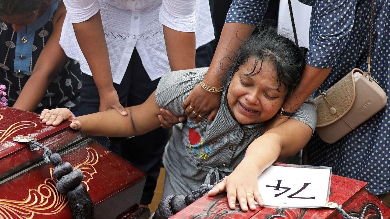En un día de luto nacional, Sri Lanka comenzó hoy a enterrar a algunos de los muertos en la masacre del Domingo de Resurrección
