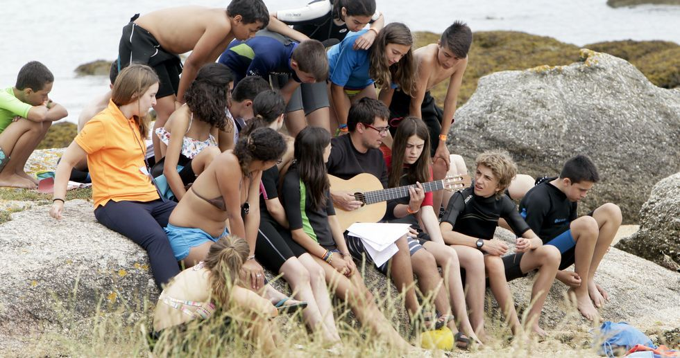 Munilla ordena su reclusión en un monasterio.Los jóvenes y monitores calientan motores a pie de playa poniendo ritmo y ambiente antes de iniciar la jornada.