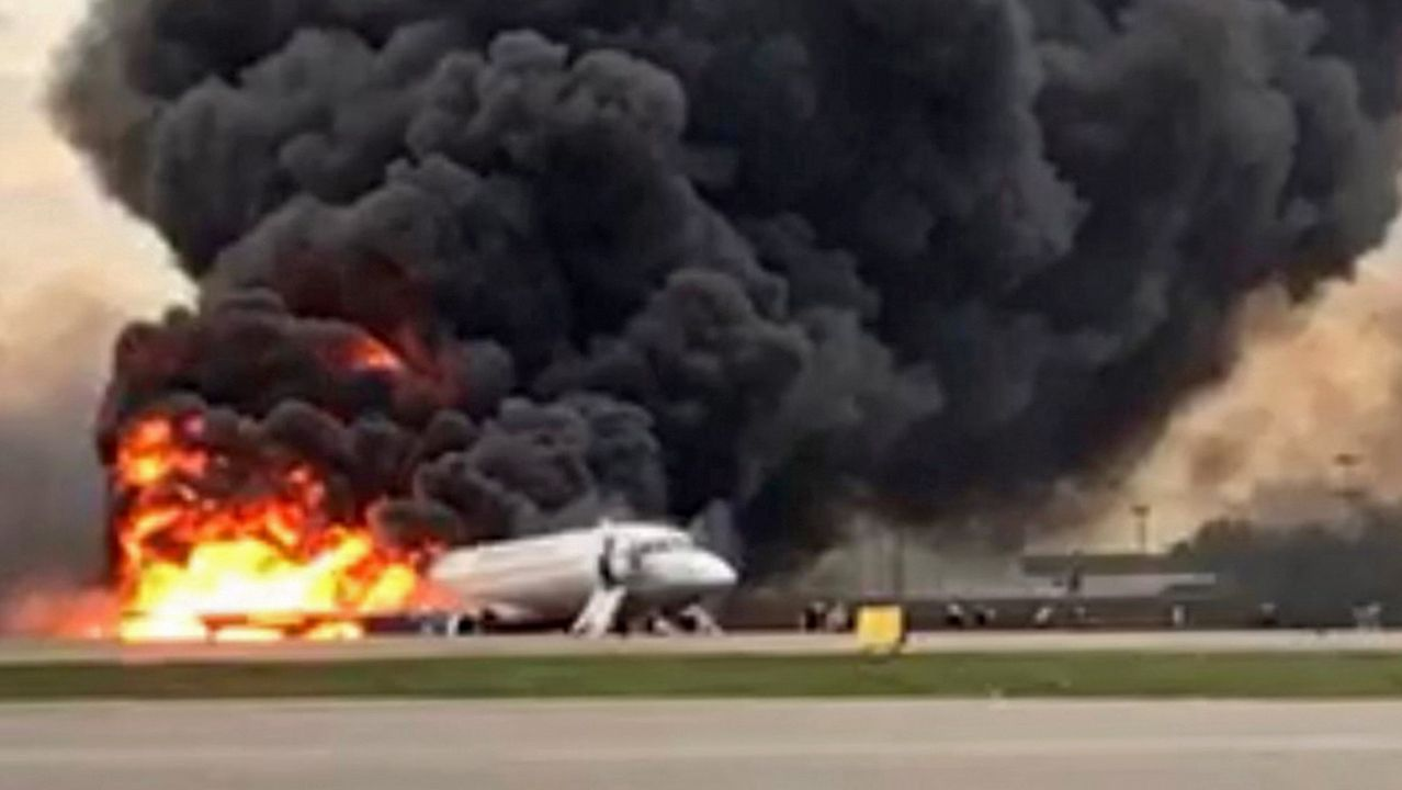 Las imágenes del accidente aéreo en Moscú.Un helicóptero del Sescam ha trasladado al herido