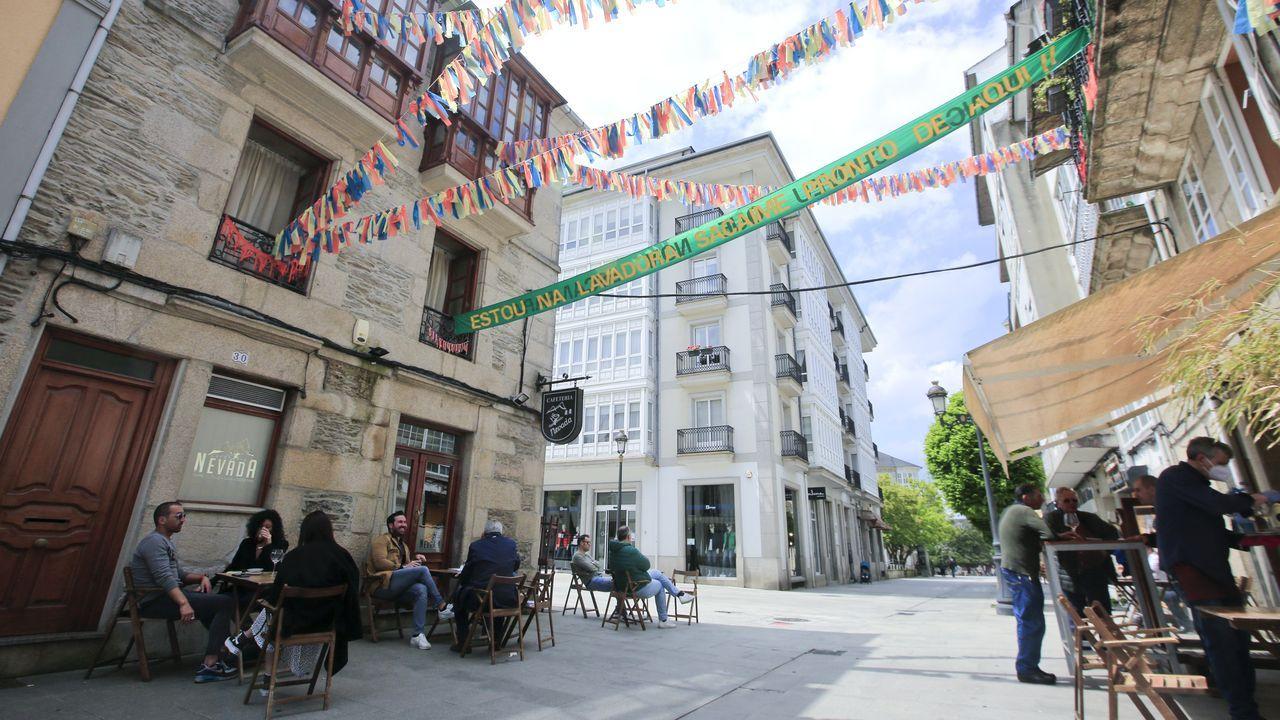 Ambiente de terrazas en Lugo en la fase 1.Cierra el mítico bar Nevada de Campo Castelo