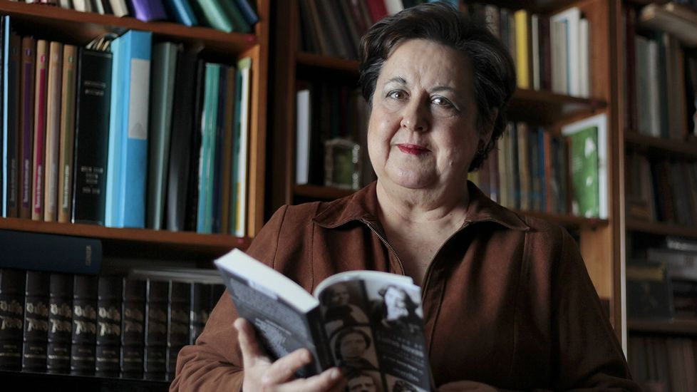 Pilar García Negro, nun retrato tomado recentemente no que aparece posando cun dos seus últimos traballos: «No temo de 'Follas Novas', unha viaxe pola literatura universal», editado polo selo compostelán Alvarellos.