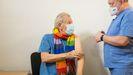 El actor Ian McKellen, conocido por interpretar a personajes como Gandalf o Magneto, recibe la vacuna en Londres