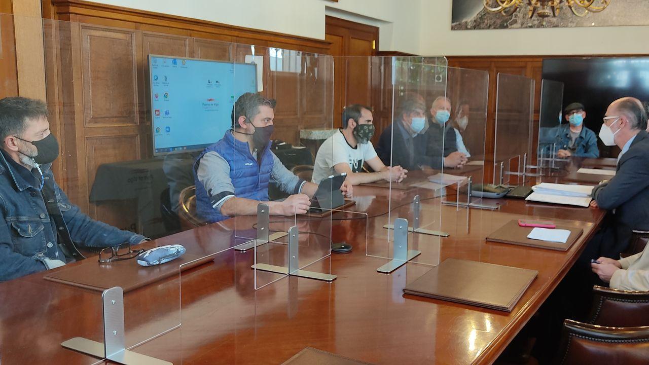 El Sea Cloud Spirit, de estreno.Reunión del presidente de la Autoridad Portuaria de Vigo, a la derecha, con trabajadores de Vulcano este miércoles