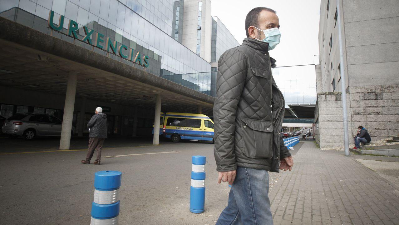 Un paciente sale con mascarilla de Complexo Hospitalario Universitario de Santiago (CHUS). La recomendación, si se presentan síntomas es la de no acudir a un centro de salud y llamar al teléfono 900 400 11. Solo en casos graves debe llamarse al 061