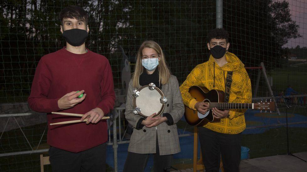 Clientes en el mercado de Carballo respetando el obligatorio uso de mascarillas
