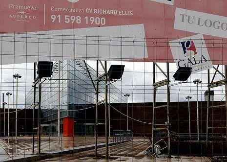 El hombre de oro recorre las calles del centro.La foto muestra el estado en el que ayer se encontraba la obra del centro comercial.