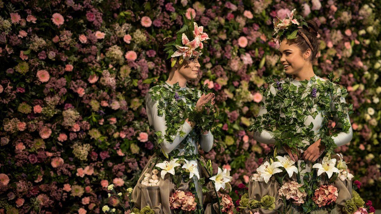 Dos bailarinas posan en la víspera de la Feria de Flores Harrogate Spring en el Great Yorkshire, al norte de Inglaterra