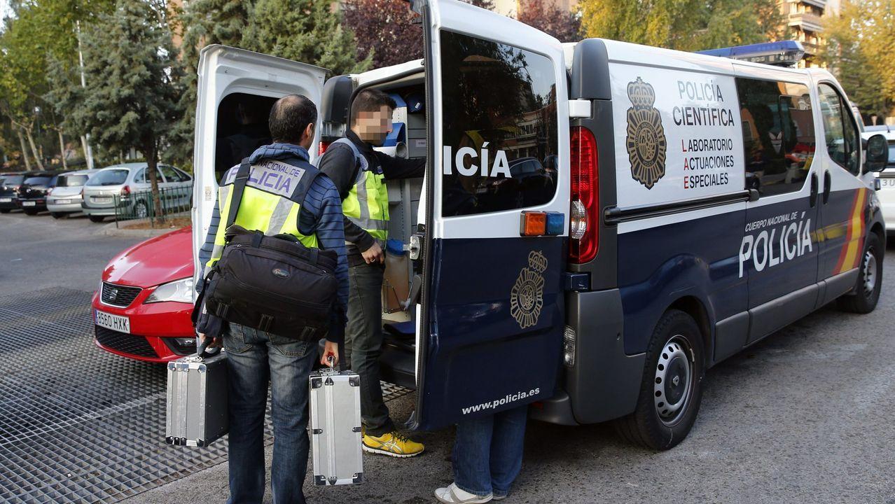 Unos agentes, en Ciudad Lineal, en Madrid