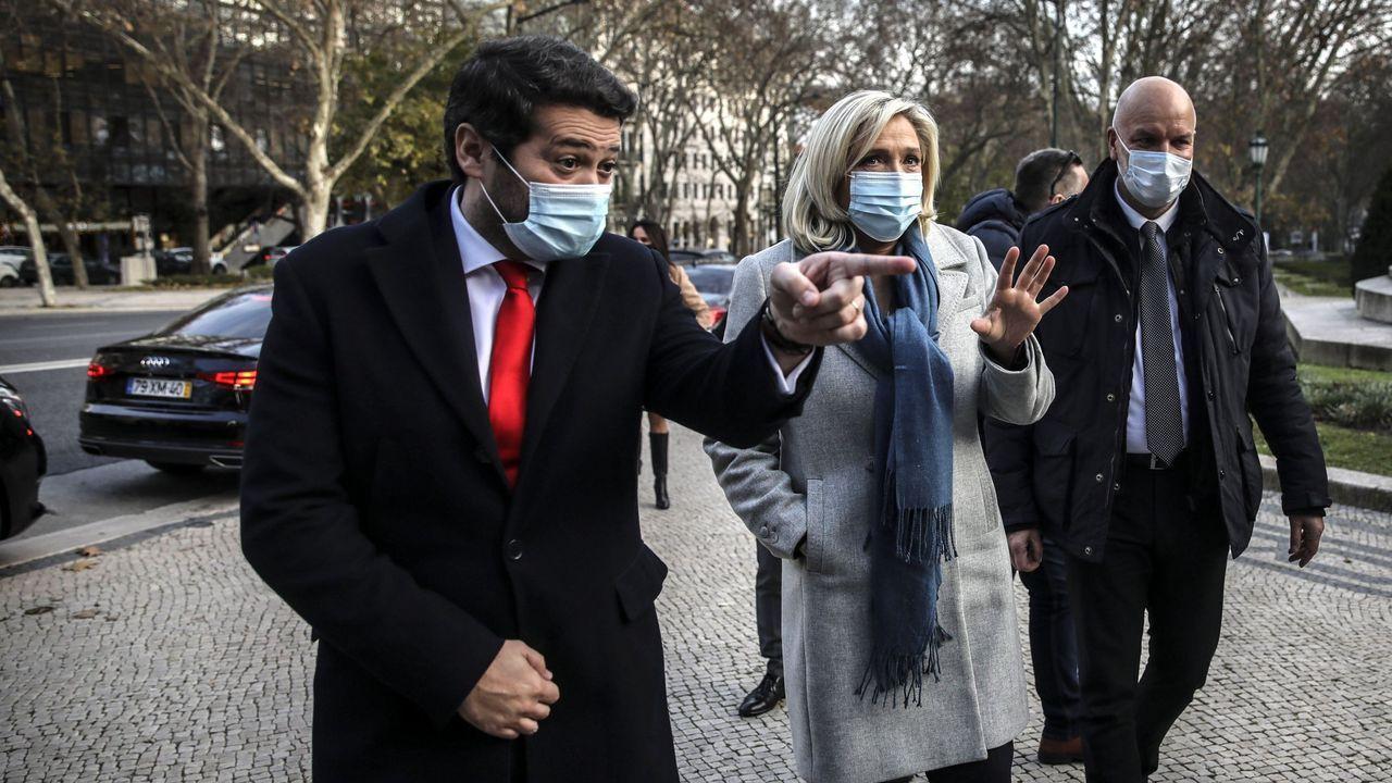 André Ventura, señalando con el dedo, junto a Marine Le Pen el pasado 8 de enero en Lisboa