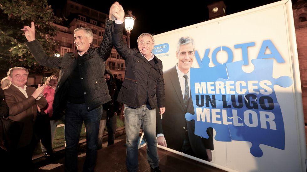 Jaime Castiñeira y el senador José Manuel Barreiro en la pegada de carteles del PP en Lugo