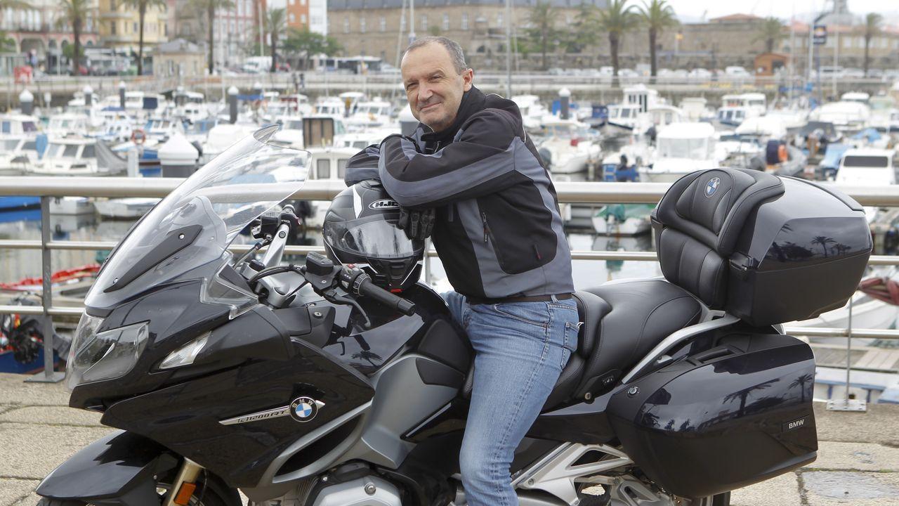 fosas asturias .En la imagen, Daniel Castromil, retratado a lomos de su BMW en el muelle ferrolano de Curuxeiras