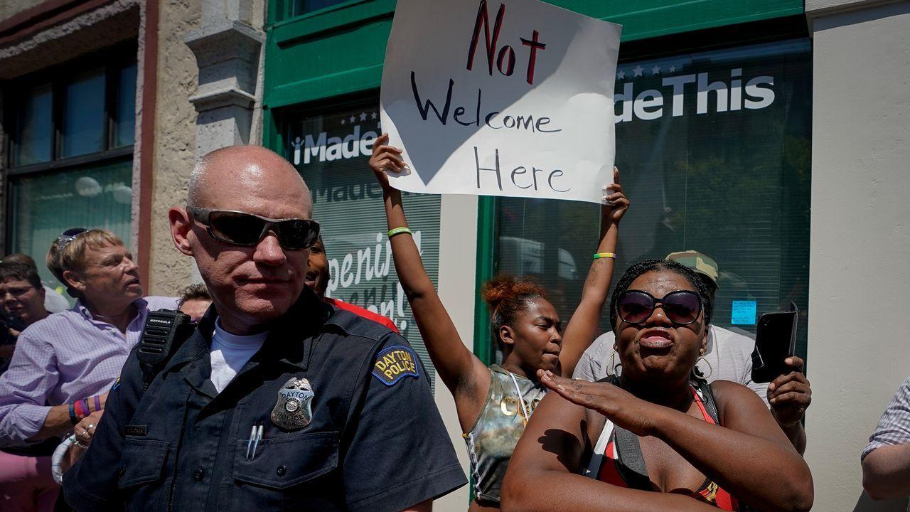 Manifestación contra la visita de Trump cerca del lugar del tiroteo en Dayton