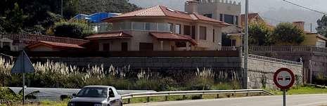 Vargas Llosa: «Estoy separado».La casa de la Orden y Mandato San Miguel Arcángel en el municipio pontevedrés de Oia, en primer término.