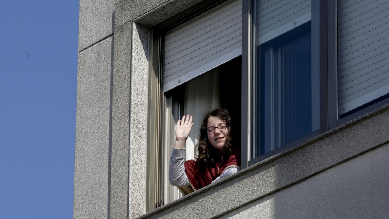 Lucía Sambade saluda desde su casa, un piso en las afueras del núcleo de Sobrado