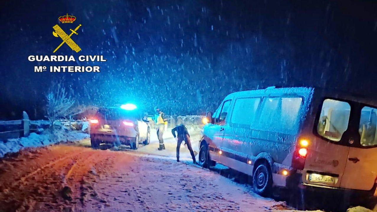 La Guardia Civil auxilia a dos personas mayores atrapadas en una furgoneta por la nieve en Rodeiro