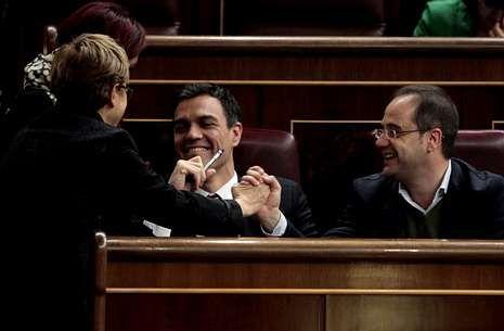 Pedro Sánchez y César Luena, en un descanso del debate celebrado en el Congreso.