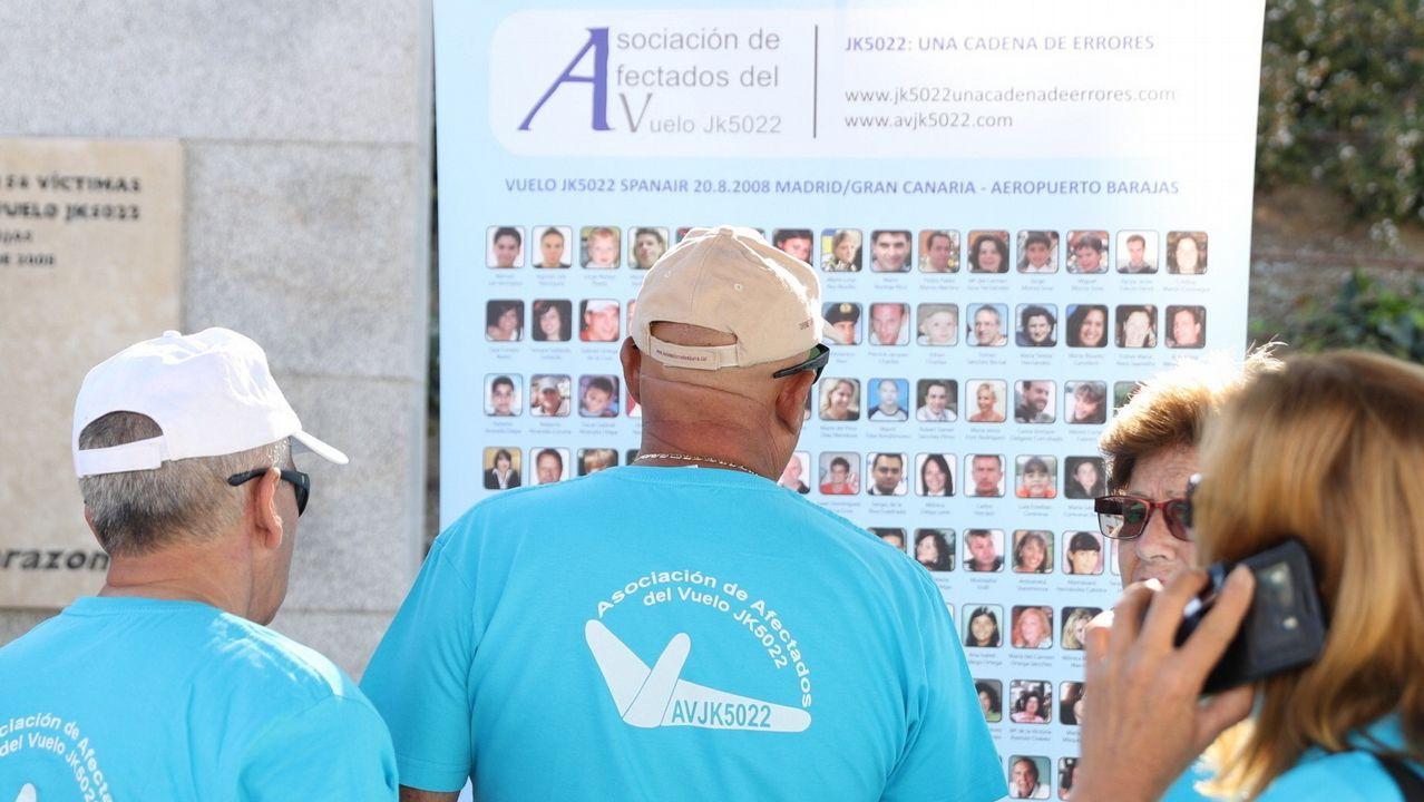 Las víctimas del Alvia, concentradas frente al Congreso durante las comparecencias de los exministros José Blanco y Ana Pastor