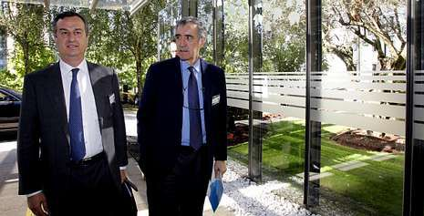 José María Castellano (a la derecha) y César González-Bueno a su llegada al Parlamento de Galicia.