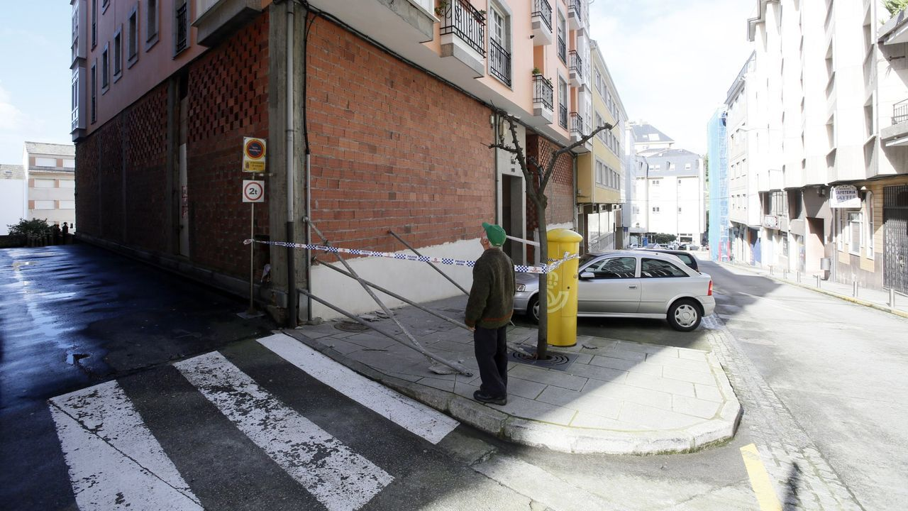 DETENCIÓN EN VIVEIRO. Agentes del grupo antiterrorista de la Guardia Civil, este martes en la casa de la parroquia de Galdo donde fue detenida Lucía Expósito (en sobreimpresión en una imagen del 2003)