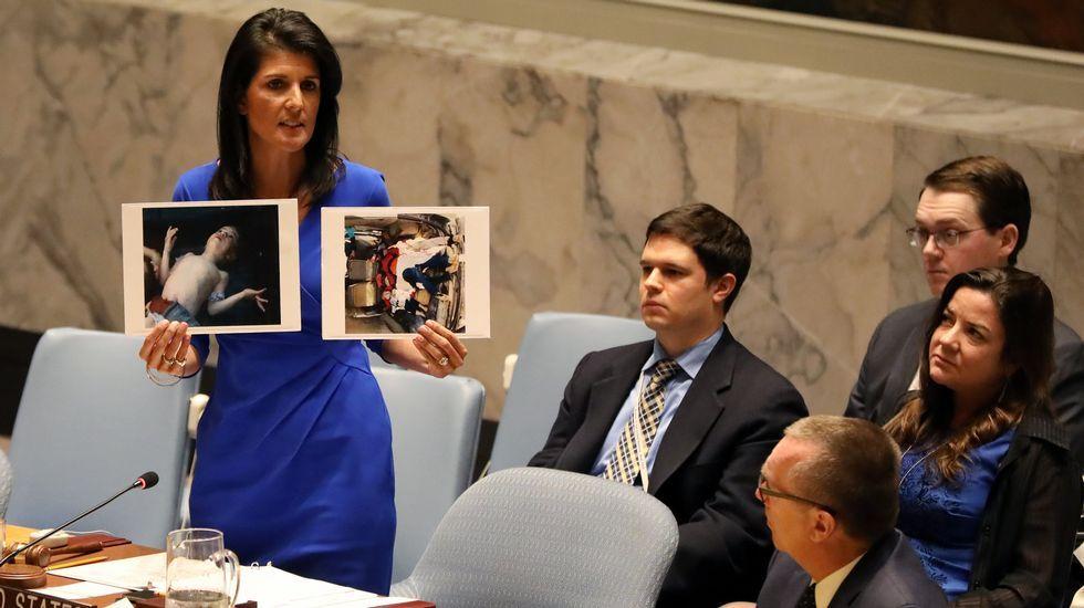 Trump cumple su amenaza y bombardea Siria tras el ataque químico.La estadounidense Nikki Haley, con fotos de las víctimas del ataque
