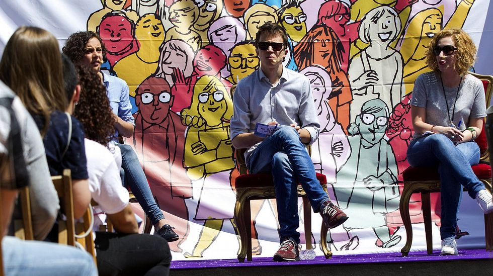 Carolina Bescansa: «Cando sinto que estou na casa me poño nerviosa».Campaña con los bomberos. Candidatos de En Marea se desplazaron al parque de bomberos de A Coruña para reclamar una nueva regularización para homogeneizar el servicio