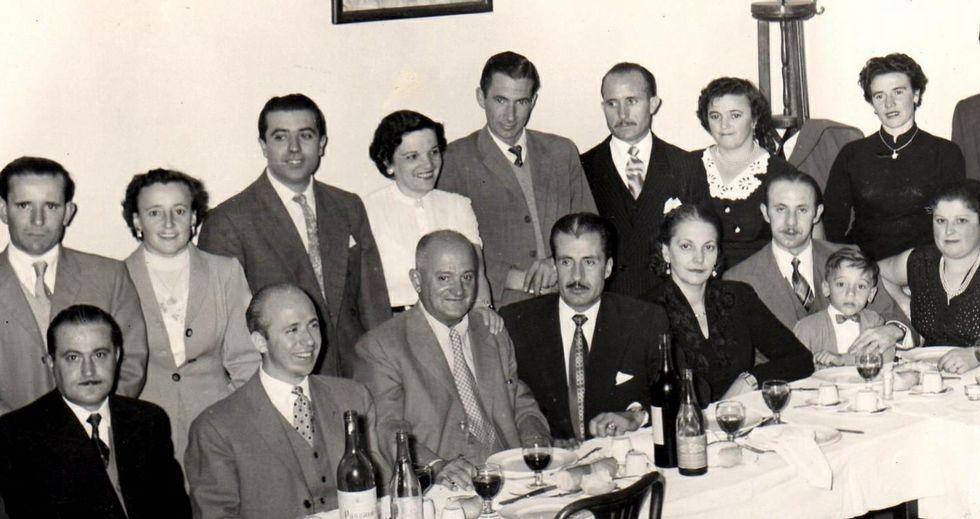 Imagen de emigrantes de Viveiro en Buenos Aires en los años 60.