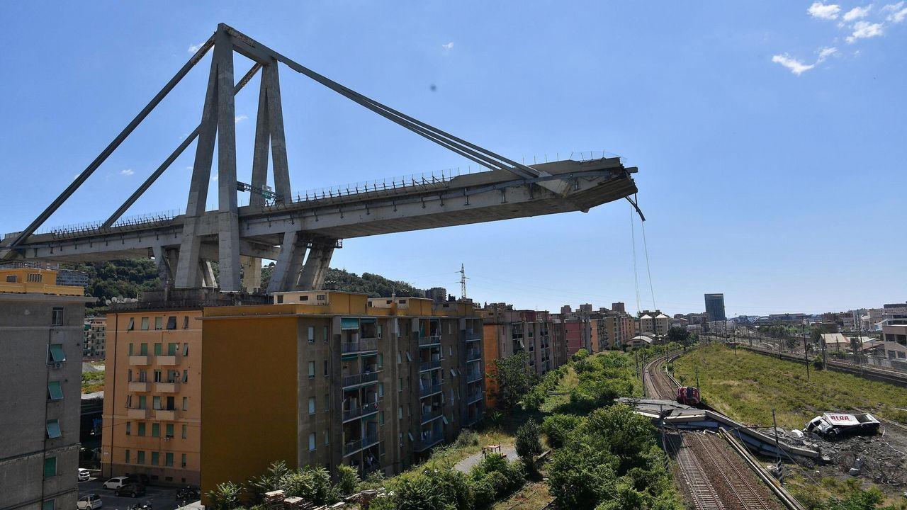 Vehículos sobre una sección de un puente que continúa en pie