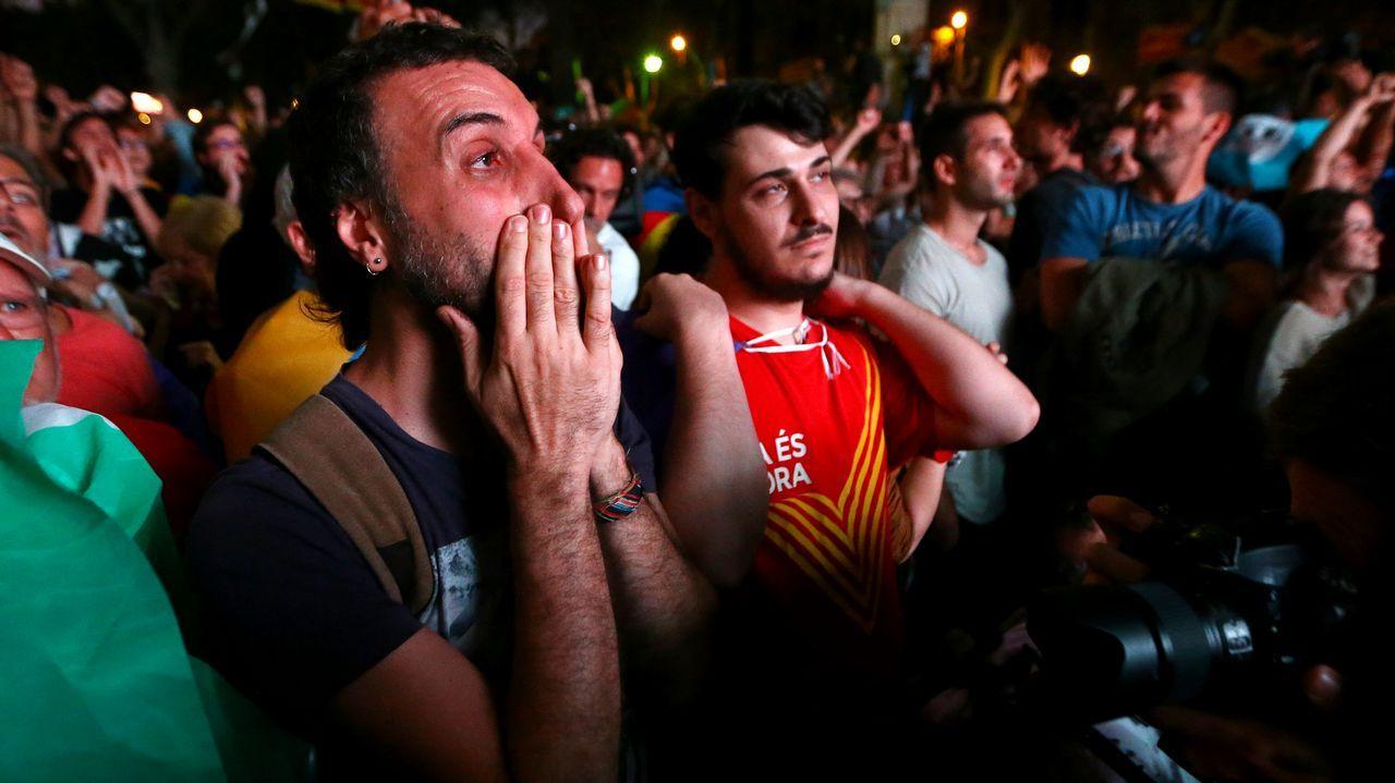 Abucheos y decepción de los independentistas en el exterior del Parlament.Adriana Lastra
