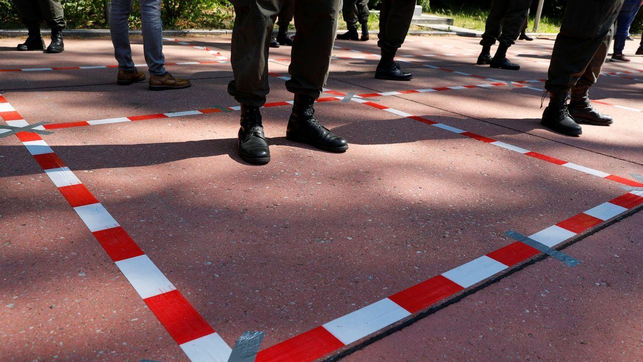 Militares austríacos siguiendo las medidas de distanciamiento