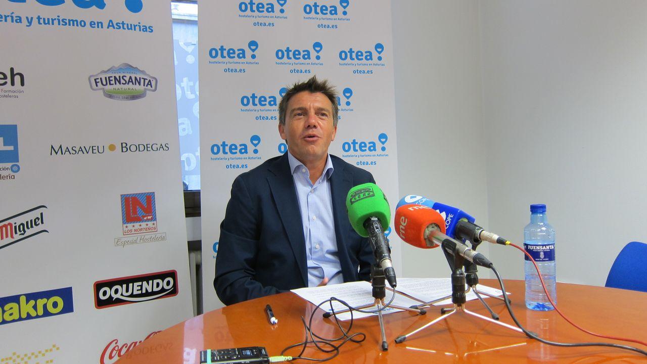 Liberación de varios calderones varados en la playa de Morís, en Carreño.El presidente de la Asociación de Hostelería y Turismo de Asturias (Otea), José Luis Álvarez Almeida