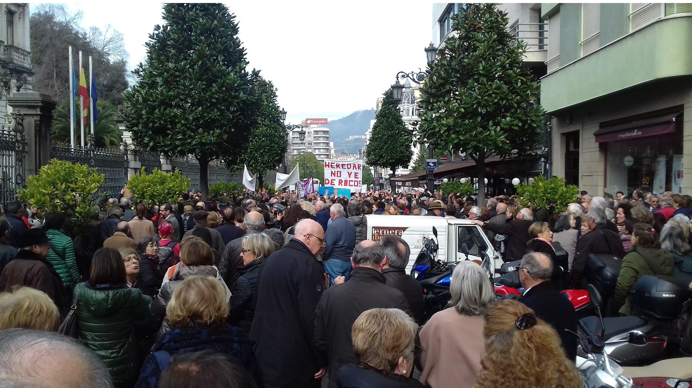 Manifestación contra el impuesto de sucesiones ante la Junta General