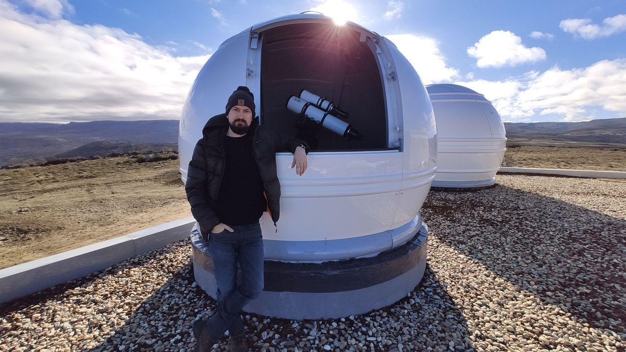 Pablo Canedo, este viernes, en uno de los observatorios que ha montado en A Veiga