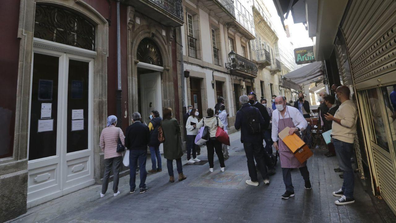 A tributar. Un grupo de vecinos espera en la calle de la Franja para entrar en la oficina de los servicios municipales de Hacienda en noviembre del año pasado, cuando finalizó la campaña del IBI. César Quian