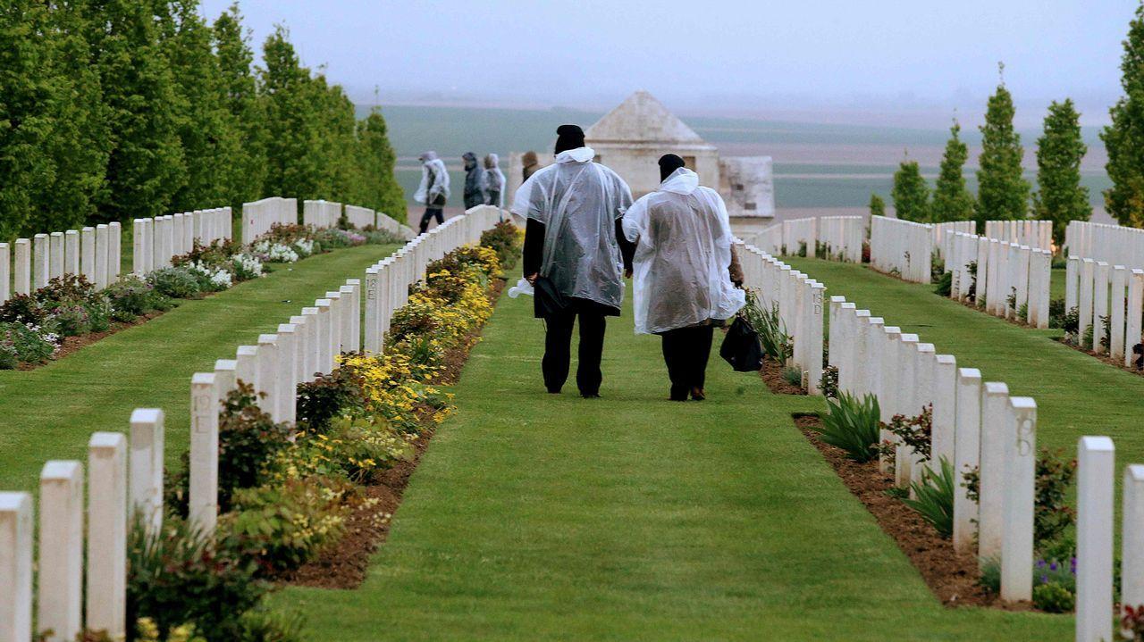 Dos visitantes en el cementerio militar de Villers-Bretonneux, durante el centenario del Anzac, el ejército conjunto de Australia y Nueva Zelanda en tiempos de guerra
