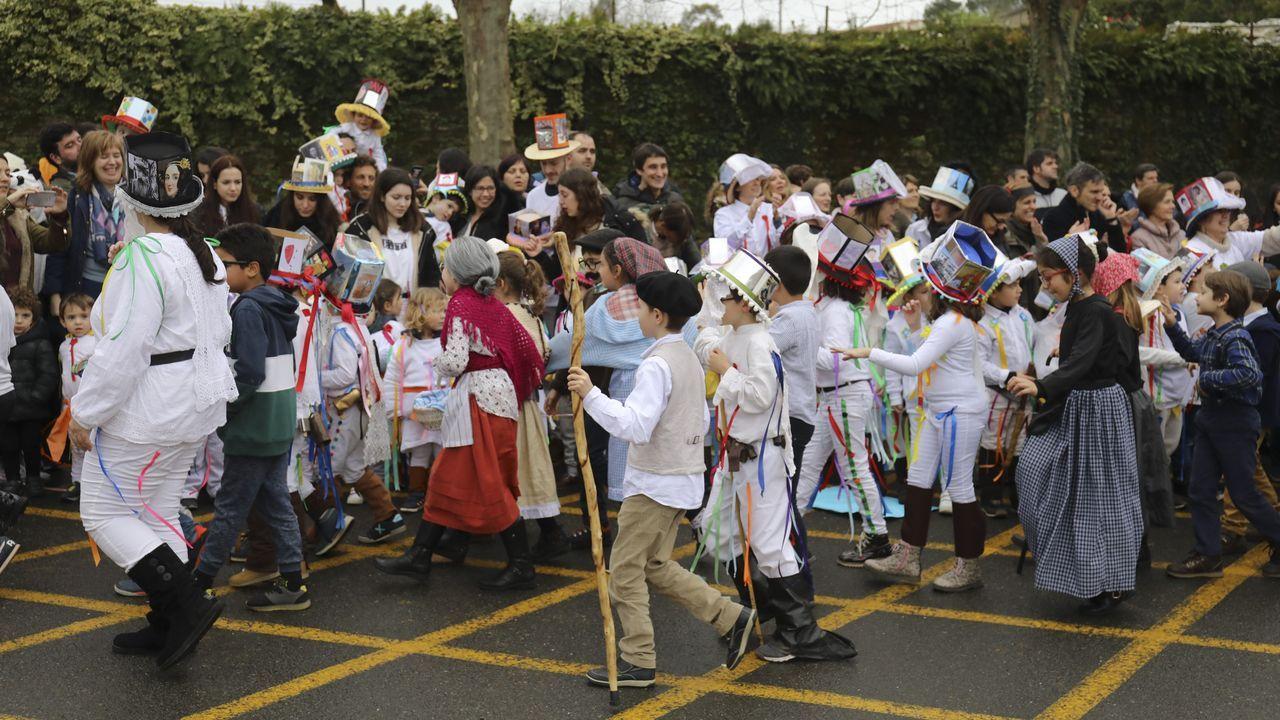 Troteiros de Bande en Santiago.Los trajes de los troteiros de Bande llamaron la atención en el carnaval que organizan los centros de enseñanza de Lamas de Abade (Santiago de Compostela) y que cada año, desde hace siete, se dedica a un carnaval tradicional. Desde Bande se desplazo un autobús con 50 troteiros.