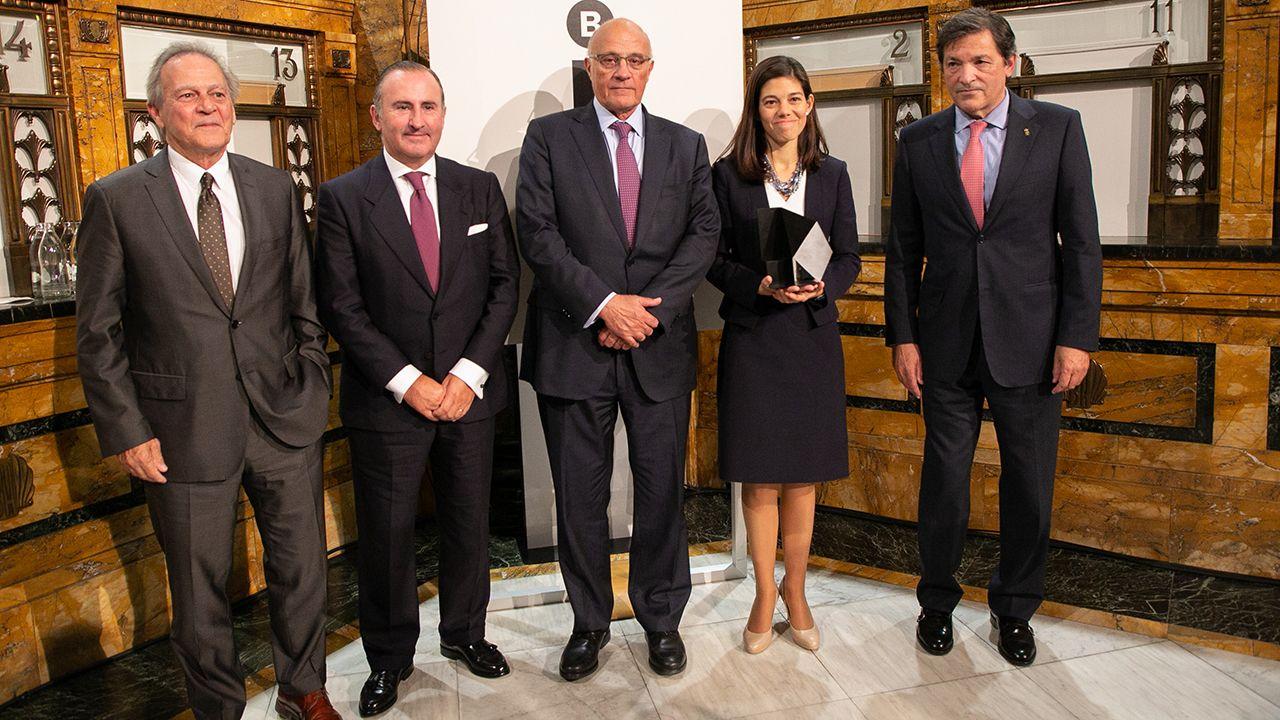 GREENALIA.De izquierda a derecha: Miquel Molins, presidente de la Fundación Banco Sabadell; Pablo Junceda, director General de Sabadell Herrero; Josep Oliu, presidente de Banco Sabadell; Laura Díaz, premiada; y Javier Fernández, presidente del Principado