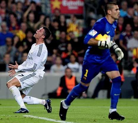 Víctor Valdés (derecha) volvió a ser decisivo para el Barça; Cristiano fue la única referencia ofensiva del Madrid.
