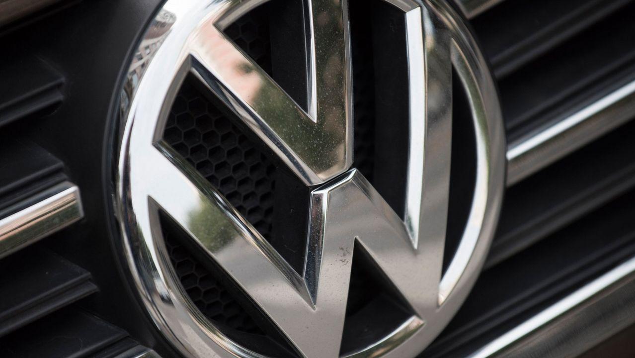 Logomarca de la Volkswagen en concesionaria en EE.UU