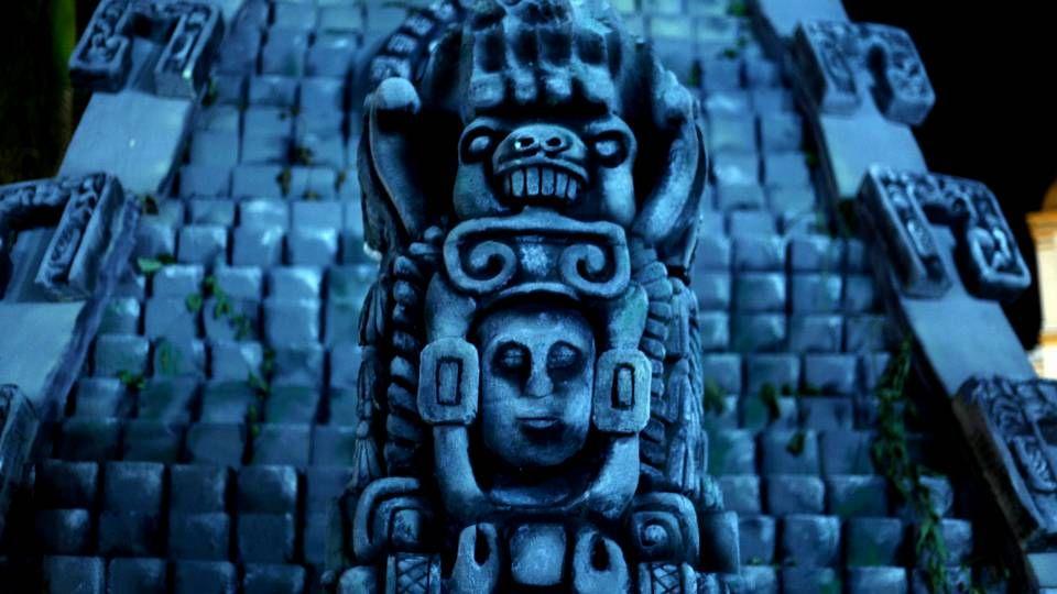 Réplica de una estela maya en la plaza central del municipio de Ruinas de Copán