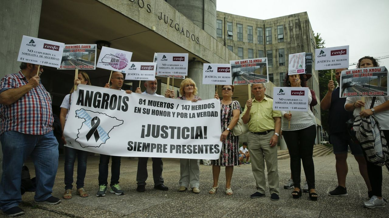 Foto de archivo de miembros de la plataforma de víctimas del Alvia concentrados ante los juzgados de Santiago