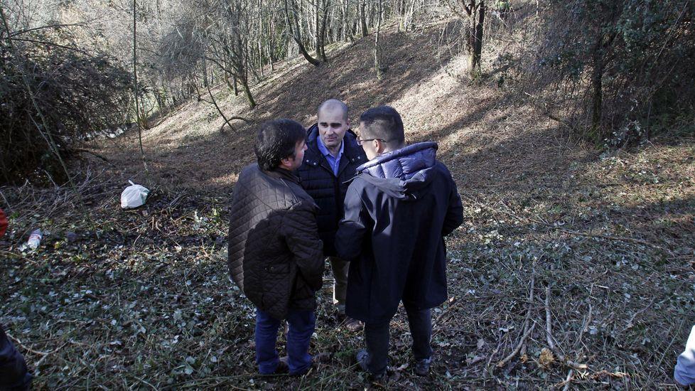 El ganadero que promueve el proyecto, el alcalde de O Incio y el conselleiro de medio Rural, este martes en Trascastro