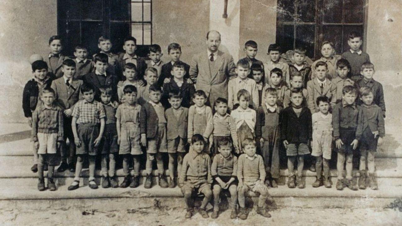 Alumnos e profesor, ás portas dunha antiga escola de Porto do Son