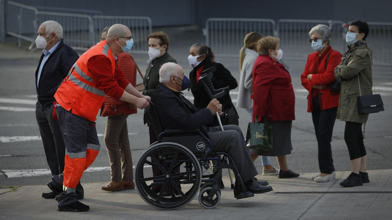 Vacunación de mayores en Expocoruña.Vacunación masiva frente al covid en Expocoruña para personas de 75 a 79 años. Miembros de Protección Civil orientando en la entrada a los citados