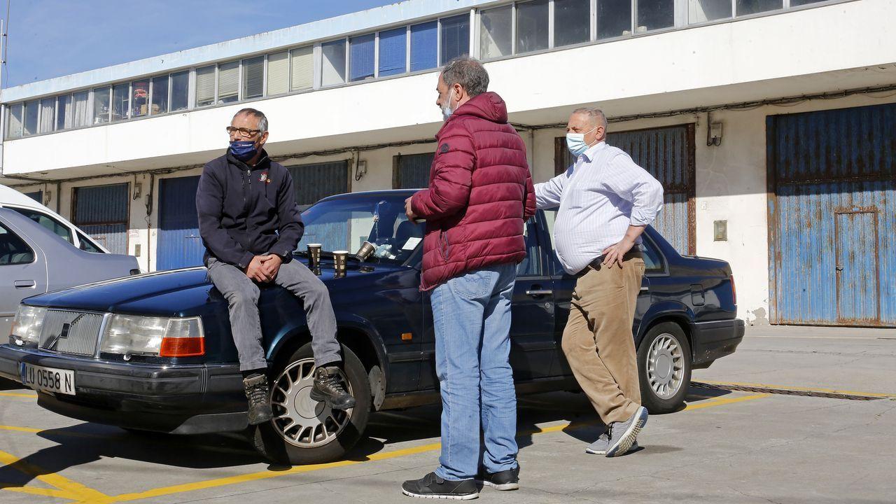 Comienzan los primeros cortes en la N-VI por las obras del Sol y Mar.Un lunes al sol, degustando un café a media mañana apoyados en un coche en el puerto de Burela.